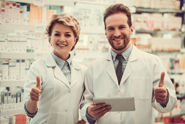 Piękne farmaceuty pokazują kciuki.