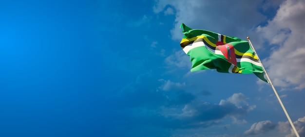 Piękne flagi państwowe dominiki na błękitne niebo