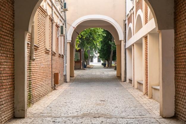 Piękne główne wejście do starego budynku w tbilisi w gruzji?