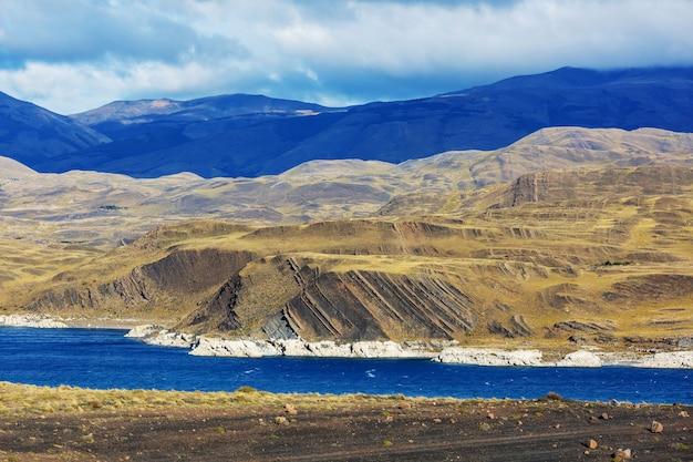 Piękne górskie krajobrazy w patagonii. jezioro w górach w argentynie, ameryce południowej.