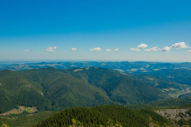 Piękne górskie krajobrazy z ukraińskimi karpatami.