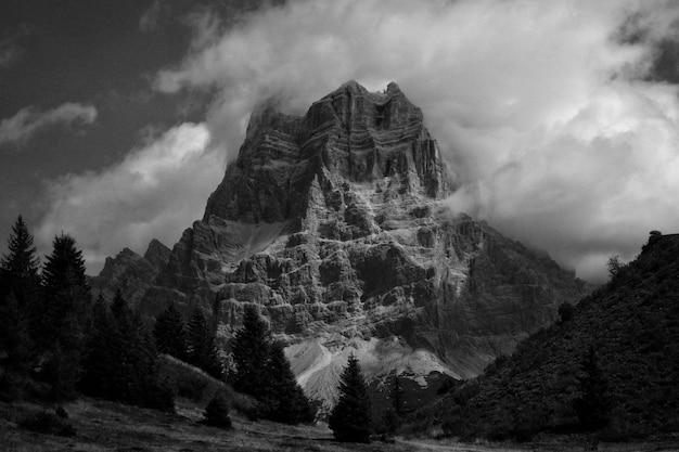 Piękne góry i wzgórza strzelane w czerni i bieli