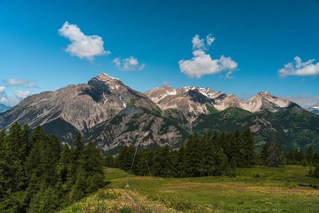 Piękne góry latem z cieniami chmur