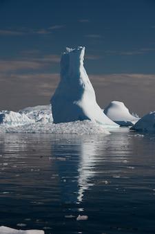 Piękne góry lodowe z reflacją w wodzie na antarktydzie