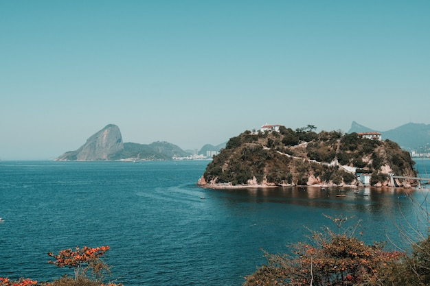 Piękne góry nad oceanem pod błękitnym niebem w rio de janeiro, brazylia