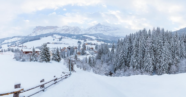 Piękne góry pokryte śniegiem pod zachmurzonym niebem