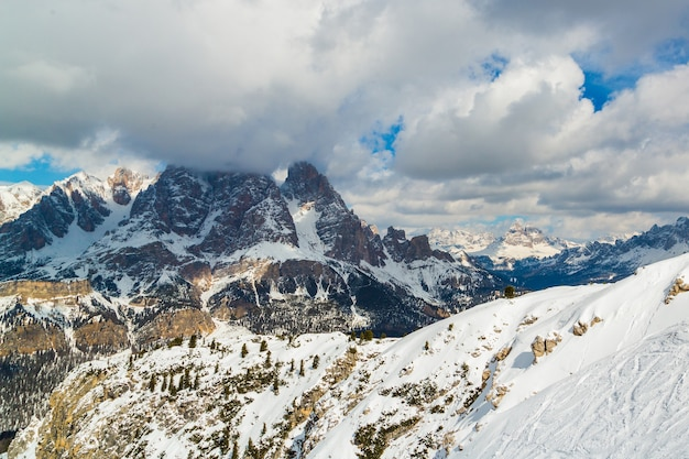 Piękne góry w alpach pod zachmurzonym niebem - idealne do tapet