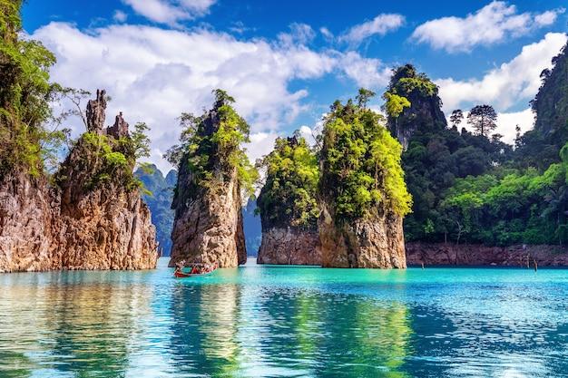 Piękne góry w ratchaprapha dam w parku narodowym khao sok, prowincja surat thani, tajlandia.