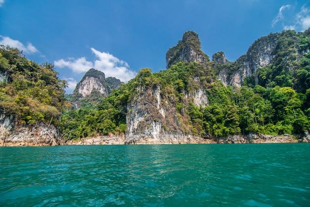 Piękne góry w ratchaprapha tamie przy khao sok parkiem narodowym, surat thani prowincja, tajlandia