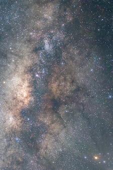 Piękne i kolorowe zbliżenie mlecznej galaktyki.
