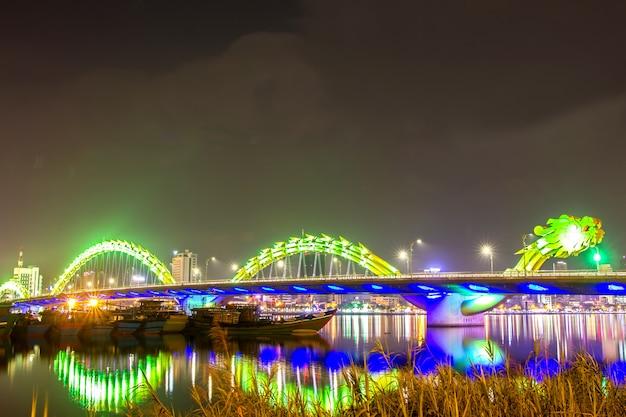 Piękne i oświetlenie w nocy, danang, wietnam