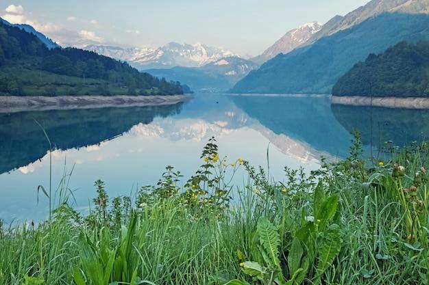 Piękne i spokojne górskie jezioro