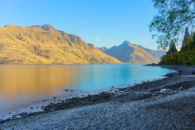 Piękne i spokojne krajobrazy jeziora wakatipu rano jesienią, queenstown, wyspa południowa nowej zelandii