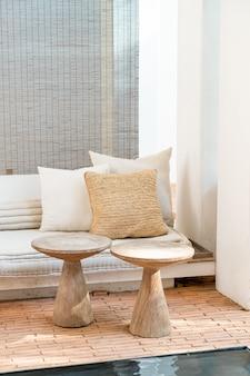 Piękne i wygodne poduszki zdobią sofę
