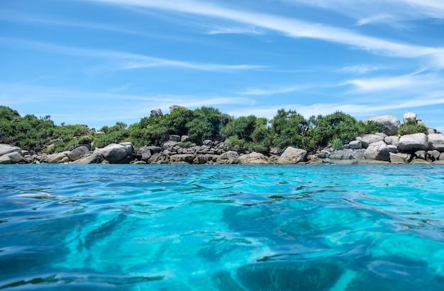 Piękne jasne błękitne morze