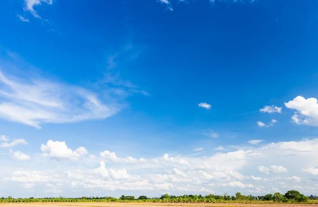 Piękne jasne błękitne niebo z chmurami