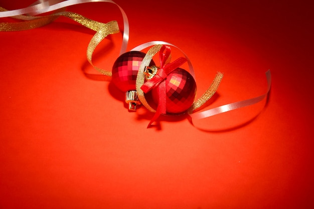 Piękne jasne bombki na czerwonym tle