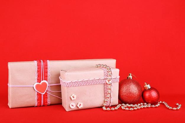 Piękne jasne prezenty i świąteczne dekoracje
