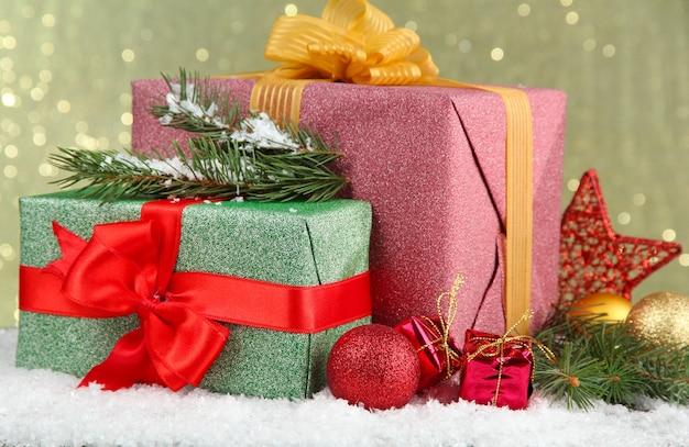 Piękne jasne prezenty i świąteczny wystrój,
