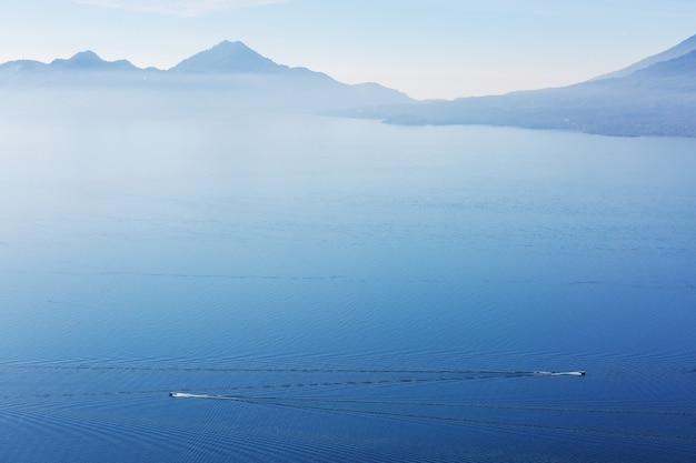 Piękne jezioro atitlan i wulkany na wyżynach gwatemali w ameryce środkowej