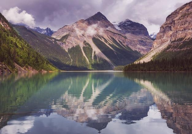 Piękne Jezioro Kinney W Mount Robson Provincial Park, Canadian Rockies, British Columbia, Kanada Premium Zdjęcia