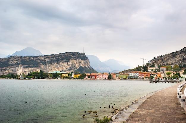 Piękne jezioro lago di garda i wioska torbole alpejskie krajobrazy włochy