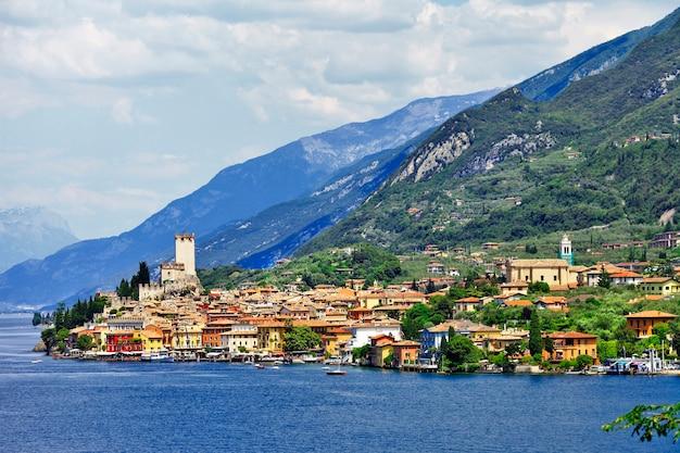 Piękne jezioro lago di garda na północy włoch. widok z zamkiem w malcesine