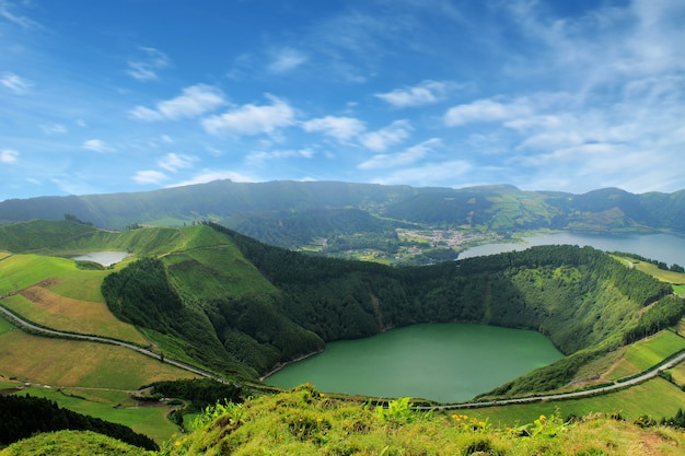 Piękne jezioro sete cidades, azory, portugalia europa