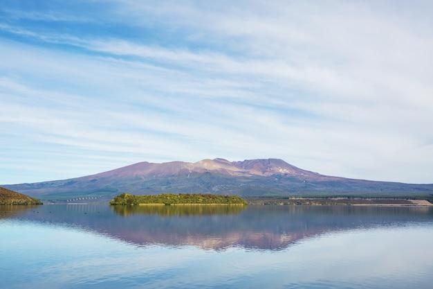 Piękne jezioro taupo w nowej zelandii