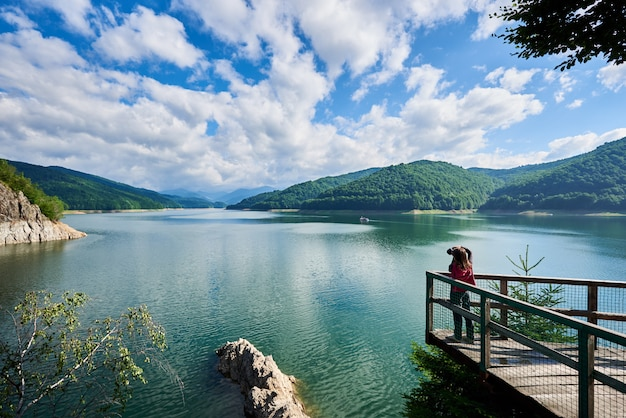 Piękne jezioro vidraru w rumunii