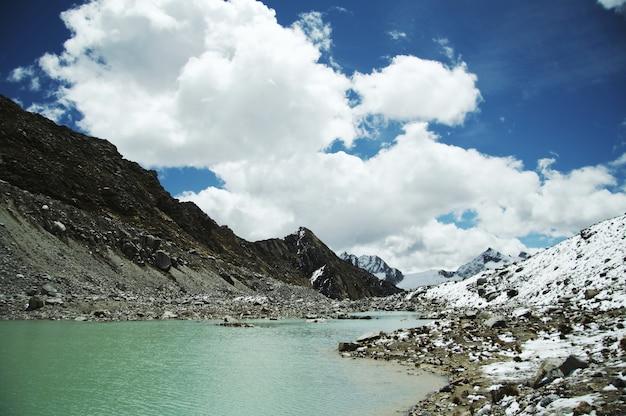 Piękne jezioro w górach cordilleras