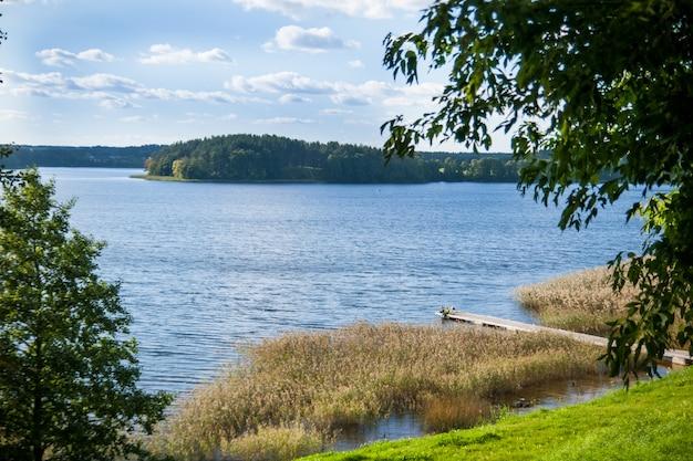 Piękne jezioro w letni dzień