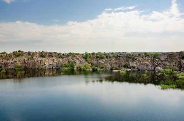 Piękne jezioro w opuszczonym kamieniołomie granitu.
