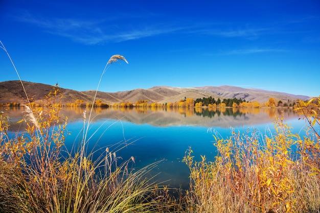 Piękne jezioro w sezonie jesiennym