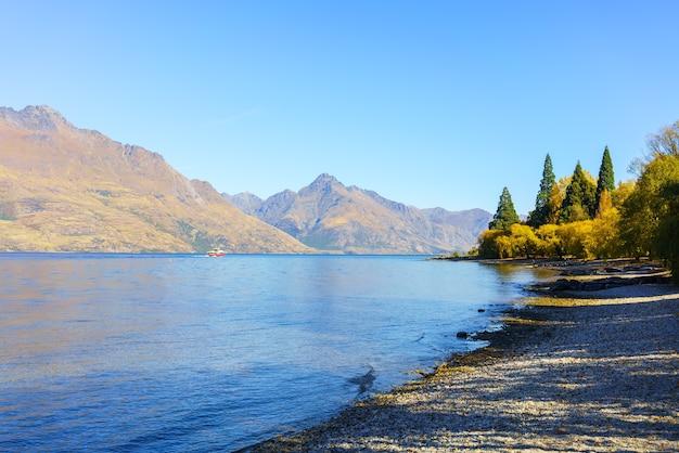 Piękne jezioro wakatipu w queenstown jesienią, południowa wyspa nowej zelandii