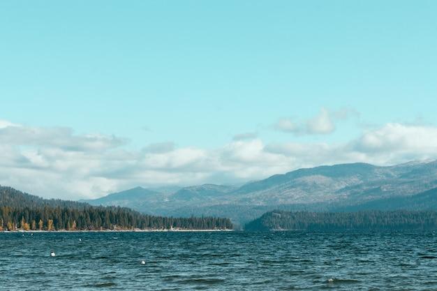 Piękne jezioro ze wzgórzami i.