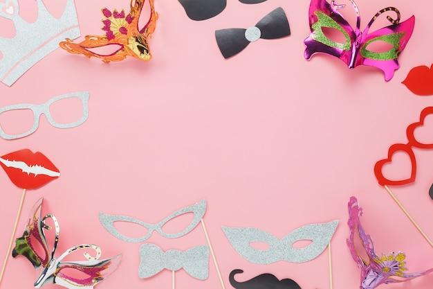 Piękne karnawałowe maski imprezowe lub rekwizyty fotograficzne
