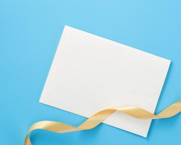 Piękne kartki z życzeniami ze złotą wstążką