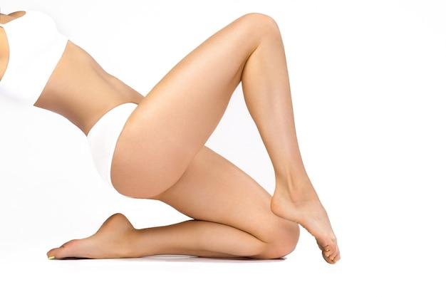 Piękne kobiece ciało w białej sportowej bieliźnie
