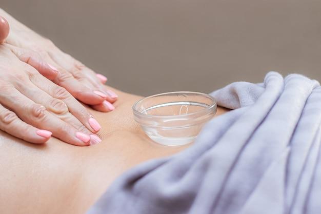 Piękne kobiece dłonie robią mistrzów masażu ręcznie nierozpoznawalny model