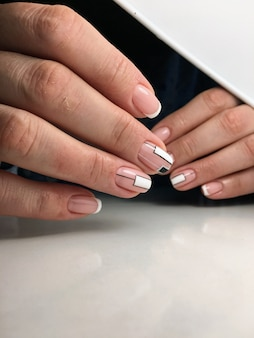 Piękne kobiece dłonie wzór paznokci