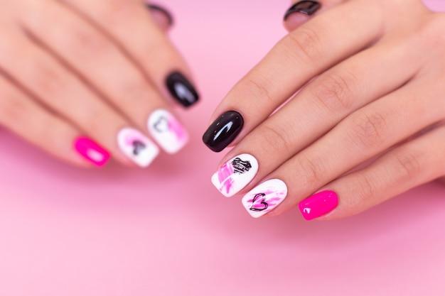 Piękne kobiece dłonie z moda manicure paznokcie serca i projekt walentynkowy