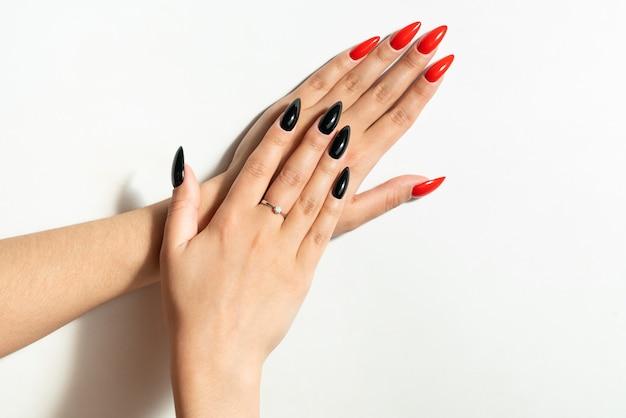 Piękne kobiece dłonie. z niezwykłym manicure.