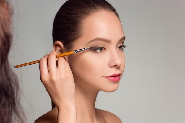 Piękne kobiece oczy makijażem i muśnięciem