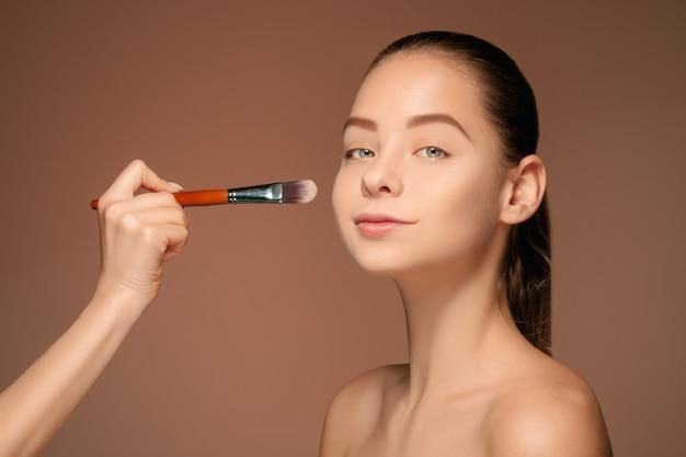 Piękne kobiece oczy z makijażem i pędzlem