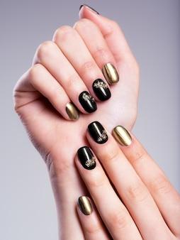 Piękne kobiece paznokcie z pięknym kreatywnym manicure