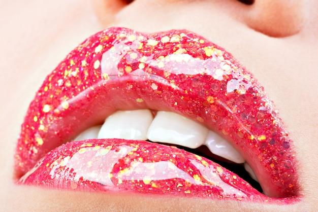 Piękne kobiece usta z błyszczącą czerwoną błyszczącą szminką