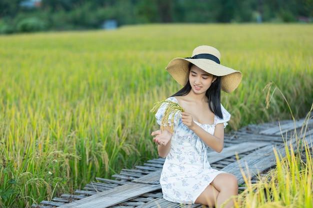 Piękne kobiety azjatyckie, ciesząc się w ryżowym polu