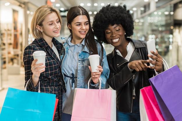 Piękne kobiety bierze selfie przy centrum handlowym