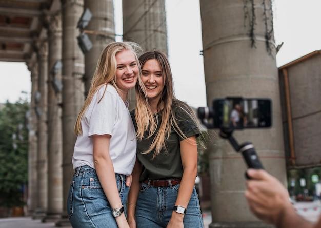 Piękne kobiety biorące sesję zdjęciową